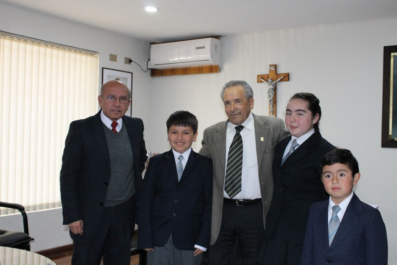 Alcalde José Pinto entrega Presente a estudiantes de escuela Jose Abelardo Nuñez