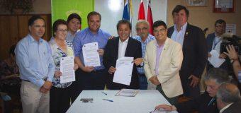 Alcalde de Laja firma convenio con autoridades para mejora de veredas