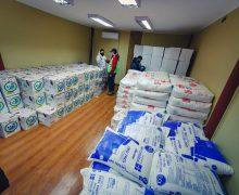 Municipalidad de Laja y CMPC entregan canastas de alimentos a vecinos