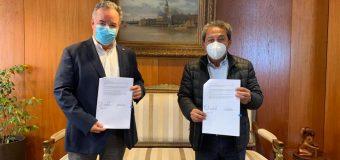 Alcalde de laja firma convenio por más de 75 millones de pesos para la adquisición de camión aljibe